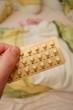Hand hält Pille - Hochformat