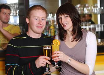 Junges Paar in der Bar