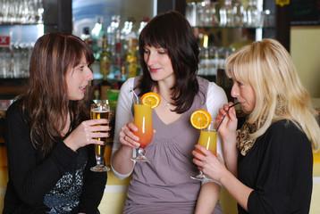 Freundinnen in der Bar
