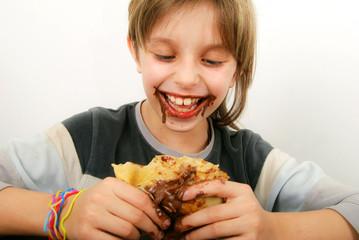 Chandeleur - Enfant heureux et crêpe au chocolat