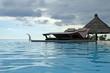 piscine à débordement et lit de soleil double au crépuscule