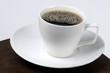 Taza blanca  con café  placa plato  y fondo   blanco