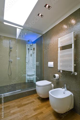 Doccia in muratura con porta in vetro in bagno moderno - Bagno in muratura moderno ...