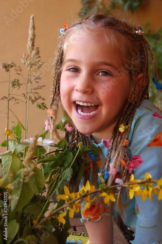 joven niña sonriendo en un jardín