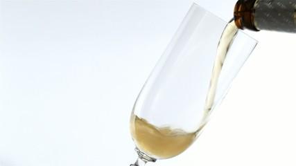 Ein Glas Bier wird befüllt