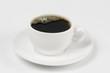 Taza con café tinto  placa plato  y fondo   blanco