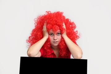 девушка в красном парике . на белом фоне.