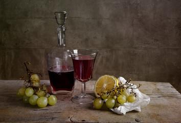 Rotwein und Früchte