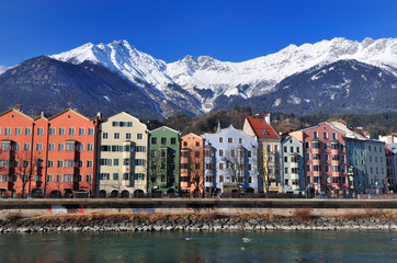 Innsbruck panorama invernale lungo il fiume Inn