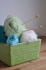 Pelotes de laine dans un panier