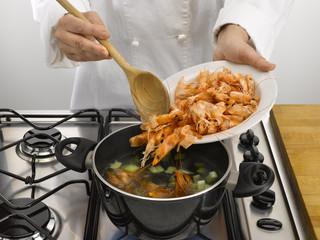 verser les crevettes dans la casserole sur la cuisinière
