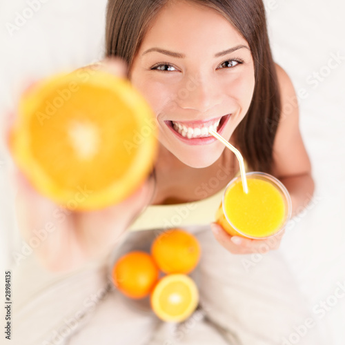 Leinwandbild Motiv Orange juice drinking woman