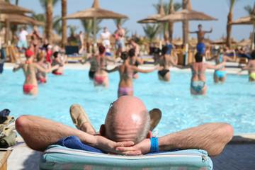 aquagymnastik, mann schaut zu