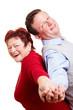 Lachendes Seniorenpaar lehnt sich an