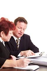 Finanzberater erklärt Seniorin Geldanlage
