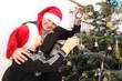 Vater und Sohn schmücken den Weihnachtsbaum