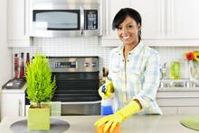 Młoda kobieta sprzątanie kuchni