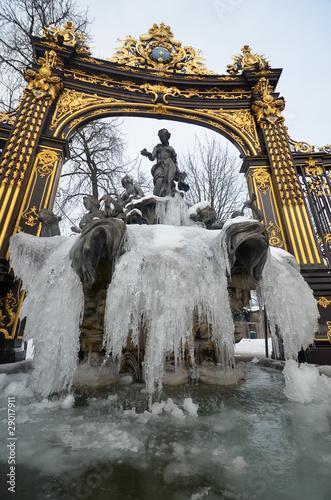Leinwanddruck Bild Fontaine en hiver sur la Place Stanilas à Nancy