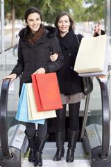 Zwei Frauen nach Shopping kommen aus der Metro