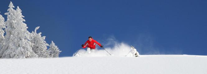 Panorama - Skifahrer im Tiefschnee