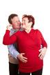 Glückliches älteres Ehepaar umarmt sich