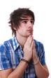 Jeune homme en train de prier