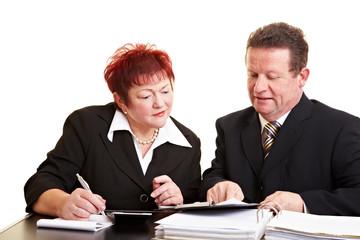 Seniorin hört Anlageberater zu