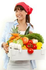 junge schöne frau mit brille beim einkaufen von obst und gemüs
