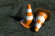 Coni di sicurezza di traffico su vecchio asfalto