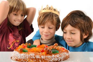 Epiphanie - Enfants impatients devant brioche des rois