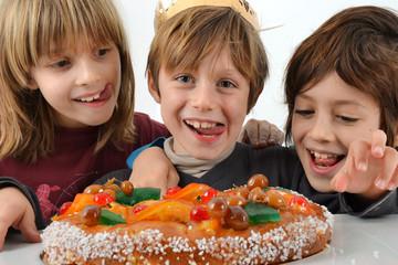 Epiphanie - Enfants gourmands devant brioche des rois
