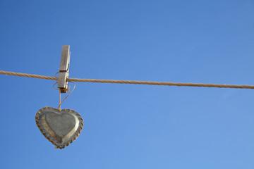 mensaje de amor con corazon metalico