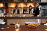 Erdnüsse zum Knabbern In einer Bar poster