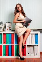 Sexy młoda kobieta biznesu w biurze