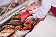 Leinwanddruck Bild - verkäuferin mit frischem fleisch