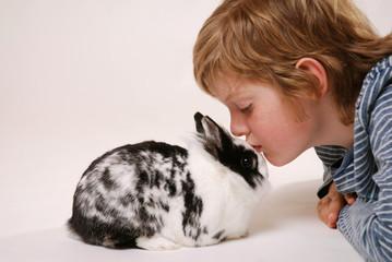 Junge mit Kaninchen