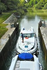 passage d'un bateau a une écluse