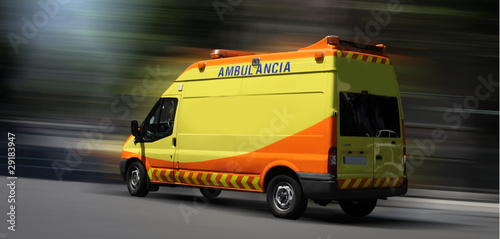 Ambulancia en movimiento
