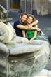 coppia e fontana si abbracciano