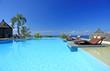 piscine tropicale à débordement sur fond d'océan