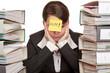 Angestellte Frau im Büro benötigt Hilfe um Arbeit zu bewältigen