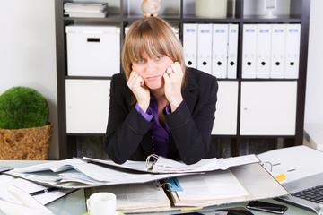 gestresste frau bei der arbeit