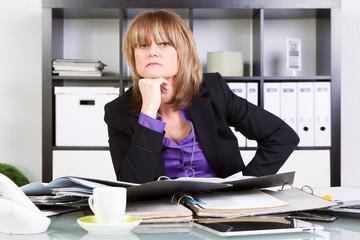 gestresste frau im büro am schreibtisch
