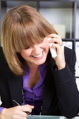 frau führt telefongespräch