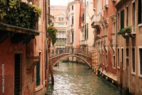 Canales y viejos edificios de los barrios de Venecia