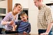 Familie beim Kochen in Küche