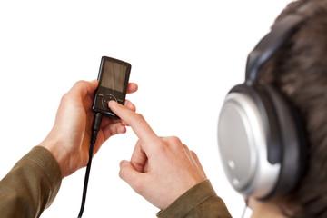 Jugendlicher mit Kopfhörer bedient MP3 Musik Player