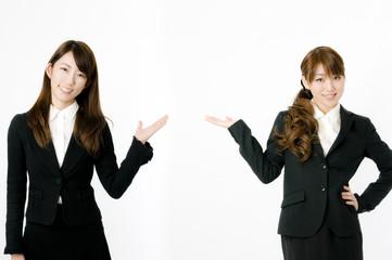 案内する女性社員