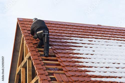 Dachdeckerarbeit bei Schnee Poster