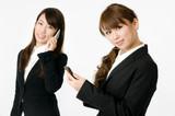 電話する女性社員